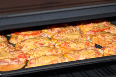 Bocadillos calientes que cocinan en la cocina-gama Imagen de archivo