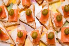 Bocadillos con crema de los salmones y del queso Foto de archivo