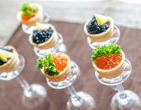 Bocadillos con el caviar negro y rojo Foto de archivo libre de regalías