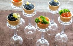 Bocadillos con el caviar negro y rojo Fotografía de archivo libre de regalías