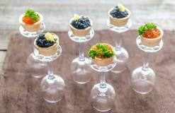 Bocadillos con el caviar negro y rojo Imagenes de archivo