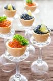 Bocadillos con el caviar negro y rojo Imagen de archivo