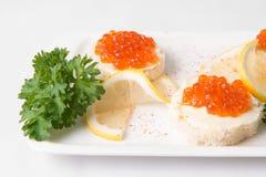 Bocadillos con el caviar rojo Foto de archivo