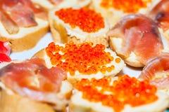 Bocadillos con el caviar rojo de los pescados Foto de archivo