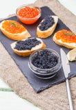 Bocadillos con el caviar rojo, negro Fotografía de archivo libre de regalías