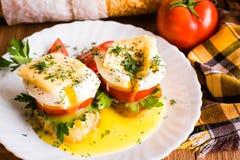 Bocadillos con el huevo escalfado, el tomate, el perejil y el queso Fotos de archivo libres de regalías