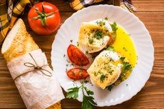Bocadillos con el huevo escalfado, el tomate, el perejil y el queso Fotografía de archivo libre de regalías