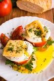 Bocadillos con el huevo escalfado, el tomate, el perejil y el queso Imágenes de archivo libres de regalías