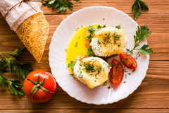 Bocadillos con el huevo escalfado, el tomate, el perejil y el queso Imagen de archivo