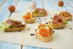Bocadillos con el queso suave, carne imagen de archivo libre de regalías