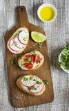 Bocadillos con el queso suave, los tomates de cereza y los rábanos - bocado sano Imagen de archivo