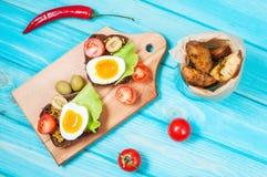 Bocadillos con la aceituna, los huevos de codornices, los tomates de cereza y las patatas Imágenes de archivo libres de regalías