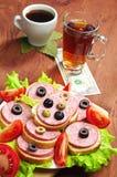 Bocadillos con la salchicha, el café, el té y un dólar Imagen de archivo