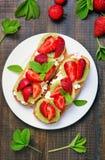 Bocadillos con las fresas y el kiwi Fotografía de archivo libre de regalías
