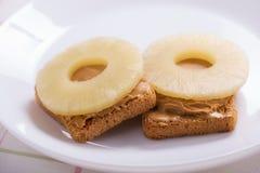 Bocadillos con los círculos de la mantequilla y de la piña de cacahuete Imagenes de archivo