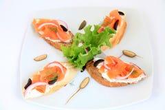 Bocadillos con los salmones Comida de los Tapas Imagen de archivo libre de regalías