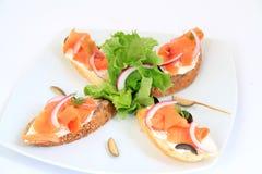 Bocadillos con los salmones con la decoración. Imagen de archivo