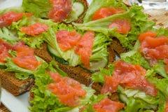 Bocadillos con los salmones, la lechuga y el pepino Foto de archivo libre de regalías
