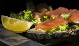 Bocadillos con los salmones y el limón Imagen de archivo