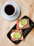 Bocadillos con pan de centeno y salmones y café Fotos de archivo