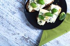 Bocadillos con queso del Roquefort Fotografía de archivo