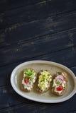 Bocadillos con queso, el huevo, los pepinos y los tomates Imagen de archivo libre de regalías