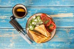 Bocadillos con queso, los tomates y el pepino fotos de archivo libres de regalías