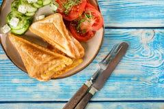 Bocadillos con queso, los tomates y el pepino foto de archivo