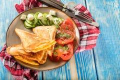 Bocadillos con queso, los tomates y el pepino fotos de archivo
