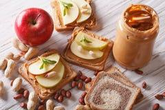 Bocadillos con una opinión superior horizontal de la mantequilla de la manzana y de cacahuete Fotos de archivo libres de regalías