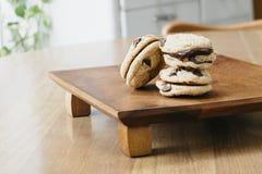Bocadillos de Chip Cookie del chocolate rellenos con el ganache Imágenes de archivo libres de regalías