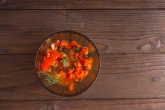 Bocadillos de la ensalada, ensalada del tomate con las aceitunas y pepino greenery imagen de archivo libre de regalías