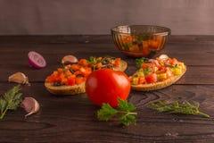 Bocadillos de la ensalada, ensalada del tomate con las aceitunas y pepino greenery imágenes de archivo libres de regalías
