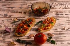 Bocadillos de la ensalada, ensalada del tomate con las aceitunas y pepino greenery fotografía de archivo