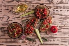 Bocadillos de la ensalada, ensalada del tomate con las aceitunas y pepino greenery fotos de archivo libres de regalías