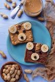Bocadillos del oso con mantequilla de cacahuete Imagenes de archivo
