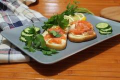 Bocadillos del pan blanco con los pescados y la mantequilla rojos Fotos de archivo libres de regalías