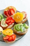 Bocadillos del postre de la fruta con queso del ricotta Imagen de archivo
