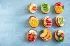 Bocadillos del postre de la fruta con queso del ricotta Fotografía de archivo