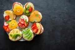 Bocadillos del postre de la fruta con queso del ricotta Foto de archivo libre de regalías