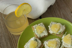 Bocadillos del queso del granjero con la piña y el jugo Fotos de archivo libres de regalías