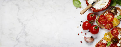 Bocadillos del tomate y de la albahaca foto de archivo libre de regalías
