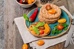 Bocadillos del tomate y del arugula con los ingredientes Imágenes de archivo libres de regalías
