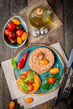 Bocadillos del tomate y del arugula con los ingredientes Imagenes de archivo