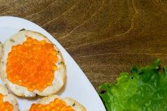 Bocadillos deliciosos con el caviar rojo Pan fresco para el desayuno Imagenes de archivo