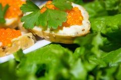Bocadillos deliciosos con el caviar rojo Pan fresco para el desayuno Fotos de archivo libres de regalías