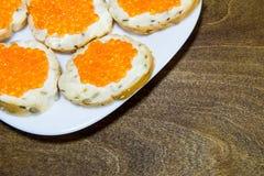 Bocadillos deliciosos con el caviar rojo Pan fresco para el desayuno Imagen de archivo