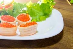 Bocadillos deliciosos con el caviar rojo Pan fresco para el desayuno Foto de archivo libre de regalías