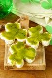 Bocadillos divertidos bajo la forma de trébol con queso verde Imágenes de archivo libres de regalías