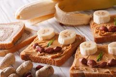 Bocadillos divertidos con la mantequilla y el plátano de cacahuete horizontales Imagenes de archivo